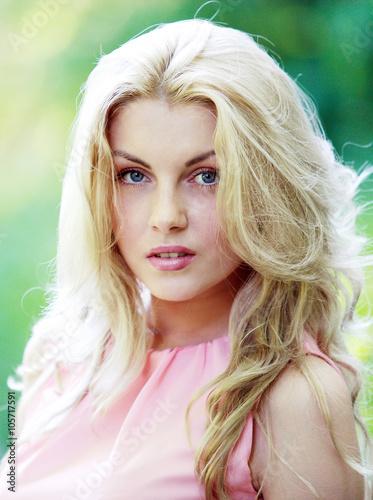Блондинка дает на природе