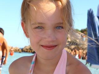 Mädchen mit blauen Augen am Strand