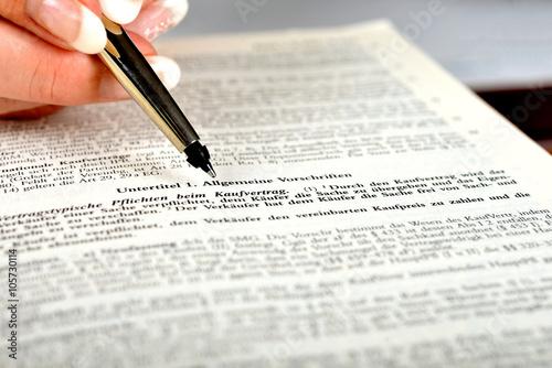 Anwältin Recherchiert Im Bgb Zum Kaufvertrag Stockfotos Und