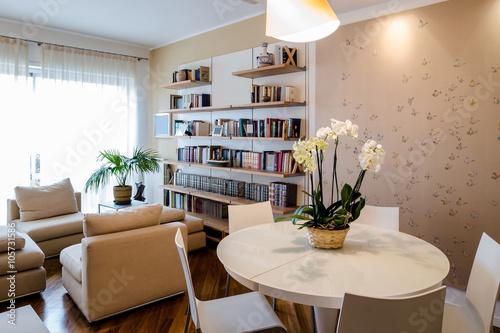 Soggiorno in appartamento con tavolo rotondo libreria a - Divano e tavolo da pranzo ...