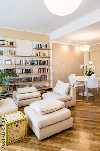 """""""soggiorno in appartamento con tavolo rotondo, libreria a muro e parquet, curato e pulito in ..."""