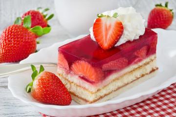 Erdbeeren und Kuchen mit Sahne