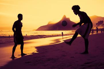Kicken am Strand in Rio bei Sonnenuntergang