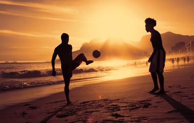 Fussballspiel am Strand in Rio bei Sonnenuntergang