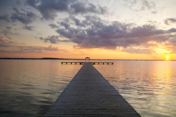 Piękny,wielobarwny zachód słońca nad jeziorem