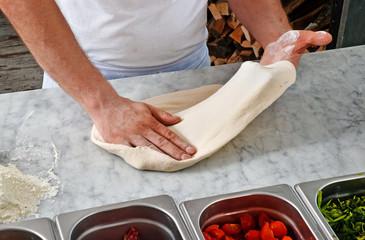 Estirando y preparando masa para la pizza