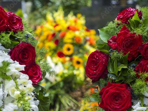 rote rosen vor einem frischen grab frankfurt hessen deutschland stockfotos und lizenzfreie. Black Bedroom Furniture Sets. Home Design Ideas
