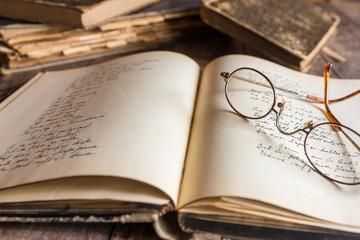 Brille und Tagebuch