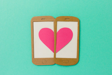 Mobile dating Konzept - Smartphone mit Herzen