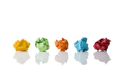 farbige Papierkugeln als Symbol für verworfene Ideen