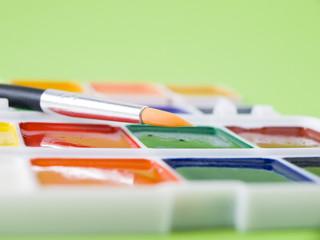 Акварельные яркие краски с кисточкой для рисования и творчества, крупным планом