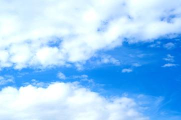 bel cielo con soffici nuvole e uno squarcio azzurro intenso