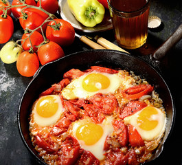 scrambled eggs with tomatoes, beer, pepper