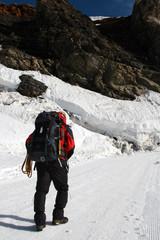 Alpinista podążający szlakiem w stronę szczytu
