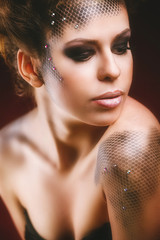 арт макияж красивой модели на черном фоне