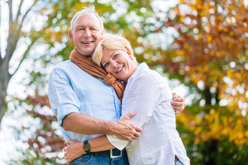 Senioren Paar umarmt sich verliebt im Park