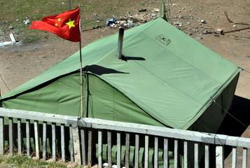 unterwegs mit der Tibet-Bahn nach Lhasa - Zelt an der Bahnlinie