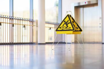 Schild Gefahr Flur modern Gebäude