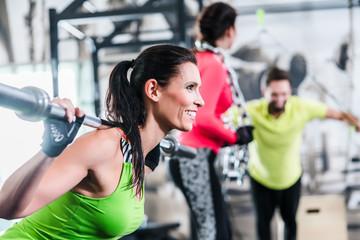 Frau im funktionalen training hebt Gewichte als Sport