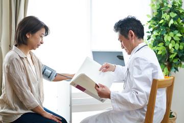 診察中の医師と患者