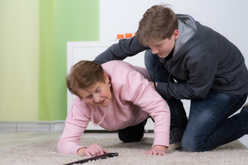 enkel hilft seniorin beim aufstehen