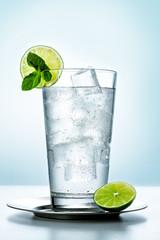 Vaso de agua con limón