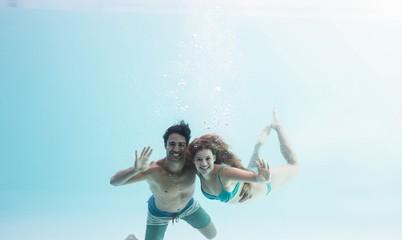Foto op Plexiglas Zeemeermin Smiling couple under water