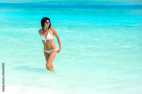девушки в белом бикини под водой онлайн