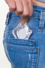 Hand mit Kondom zur Verhütung