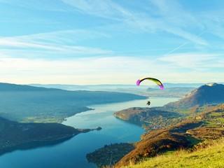 Envol d'un parapente au dessus du lac d'Annecy depuis le col de la Forclaz.