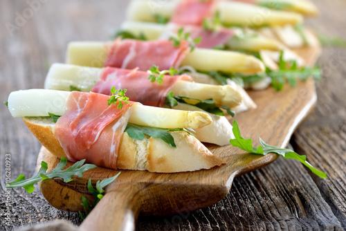 Canapes mit wei em spargel und italienischem prosciutto for Prosciutto canape