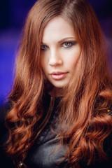 шикарная рыжая девушка в кожаной куртке