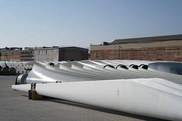 Rotorblätter einer Windkraftanlage auf einem Lagerplatz