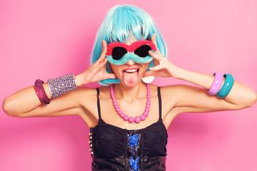Obraz Pop girl wearing weird sunglasses and blue wig - fototapety do salonu