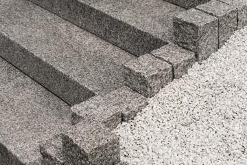 Außentreppe und Randsteine aus hellem und rauem Granit