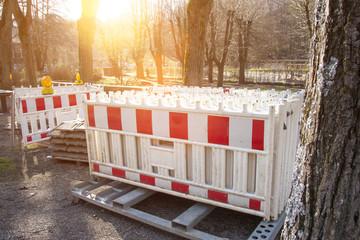 Baustelle mit Absperrung für Straßenbauarbeiten