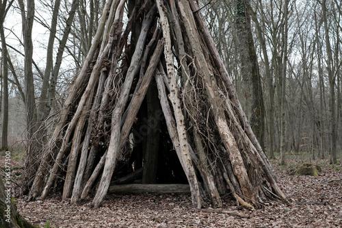 cabane bois enfant tipi tronc arbre jouer jeu. Black Bedroom Furniture Sets. Home Design Ideas