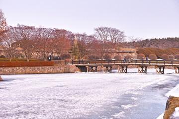 3月の雪が残る函館五稜郭公園の堀と橋