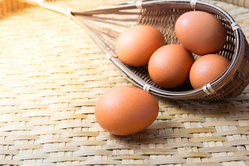 Raw cooking with egg on the basket