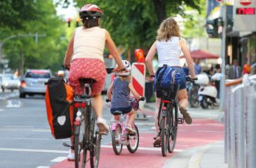 Mutter mit Tochter auf Radweg