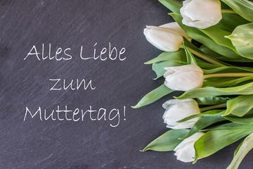 """Hintergrundgrafik, Schieferplatte mit weißen Tulpen, Text """"Alles Liebe zum Muttertag"""""""