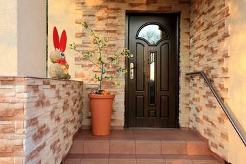 Zając i drzewko Wielkanocne, wejście do domu.