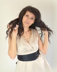 Брюнетка с длинными волнистыми волосами