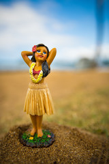 Figur einer Hula Tänzerin am Strand