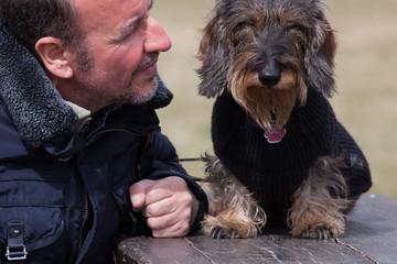 Coppia cane bassotto e padrone