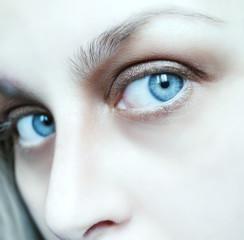 Occhi blu con occhiaie e rughe di espressione