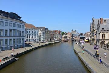 Canal principal entouré de maisons de corporation au centre historique de Gand