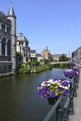 Bacs à fleurs attachés à la rambarde en fer forgé le long du canal derrière l'abbaye St-Bavon de Gand