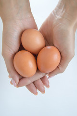 Tre uova fresche in mano