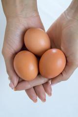 Tre uova in mano
